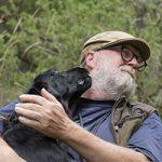 Hund pussar en man